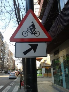 Señal tráfico ceda bici